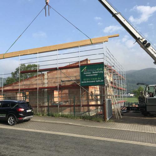 Der Dachstuhl eines Industriegebäudes wird errichtet