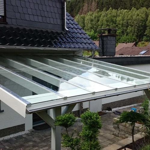 Terrassenüberdachung aus Holz und Glas
