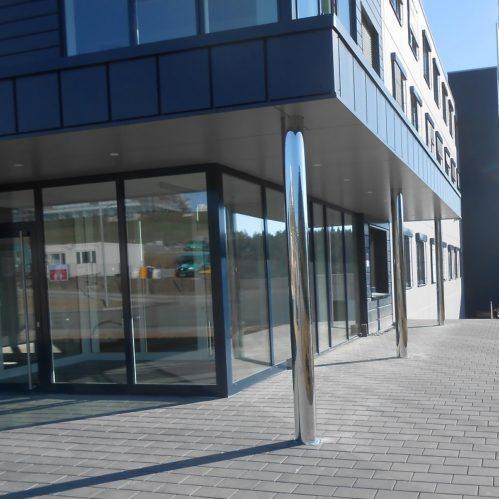 Anbau eines Empfangsgebäudes mit Eingangsüberdachung